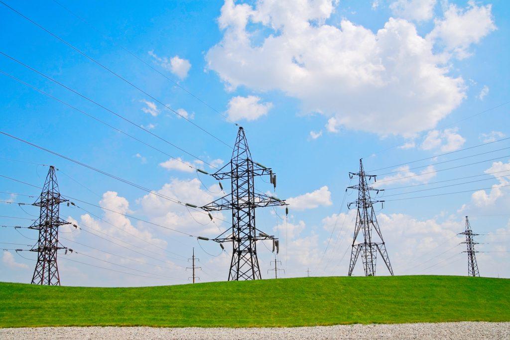 青空と高圧電線