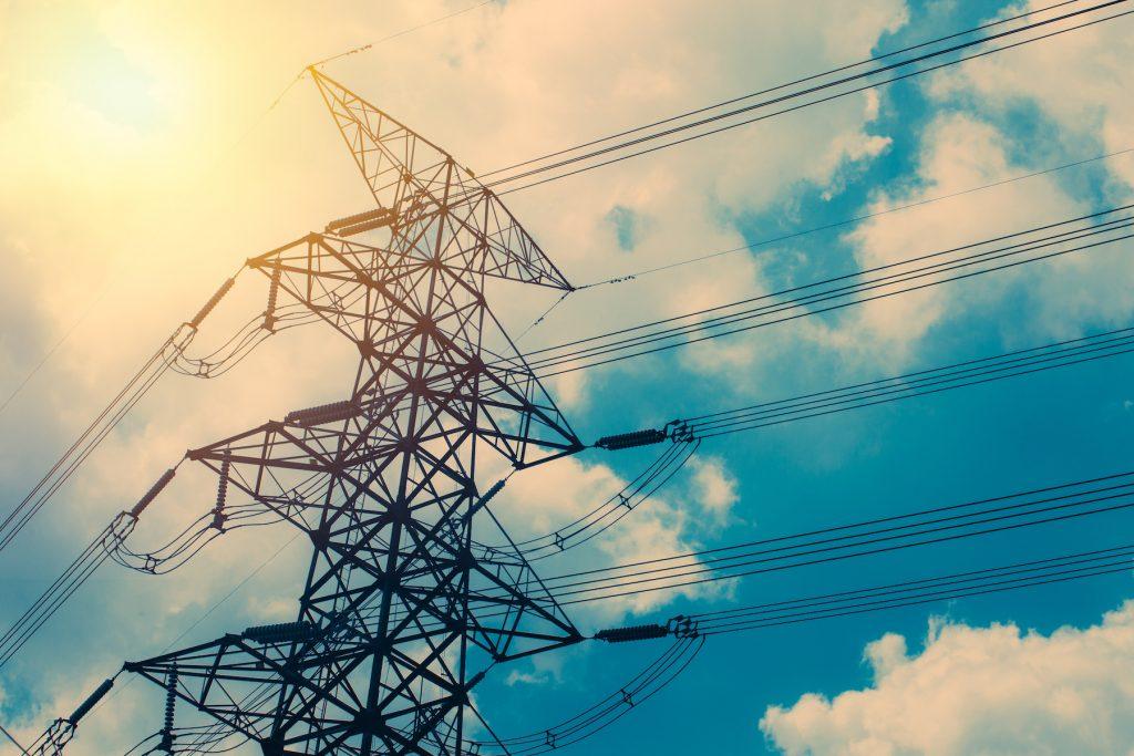 高圧電力の鉄塔と電線